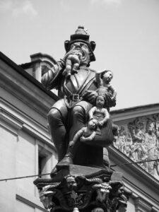"""Kindlifresserbrunnen (lit. """"Studnia dzieciożercy""""), Corn House Square, Berno, Szwajcaria"""